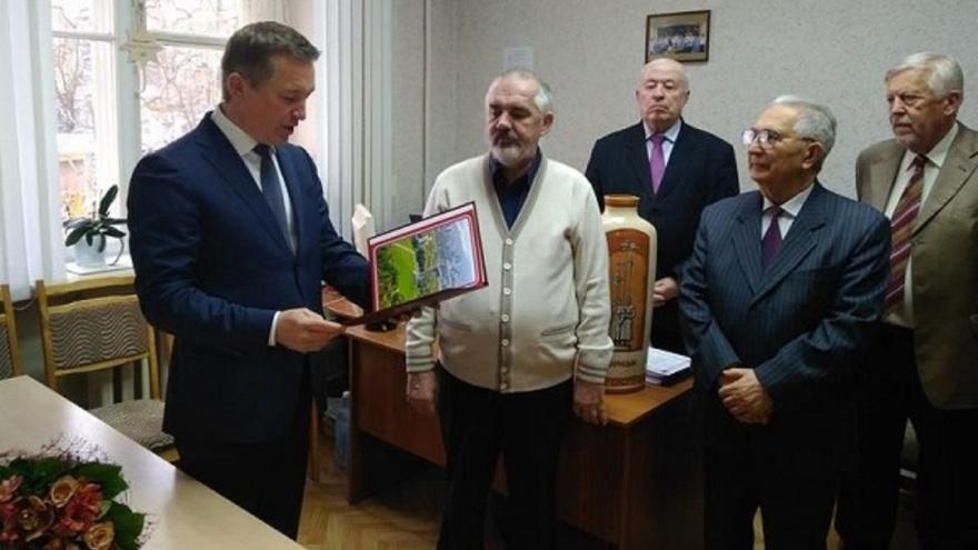 «Мертвые души» почетного педагога: директор школы в центре Волгограда взят под подписку о невыезде
