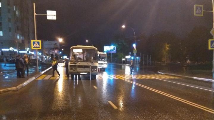 На улице Гоголя в Кургане ПАЗ сбил женщину на пешеходном переходе
