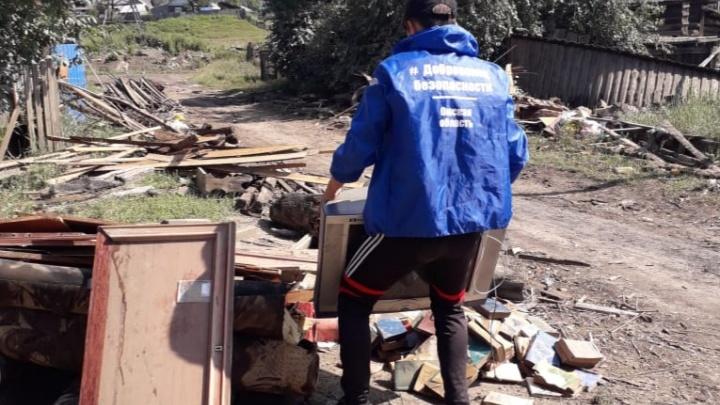 Пять омичей уехали добровольцами в Иркутск: они помогают разбирать завалы и раздают воду