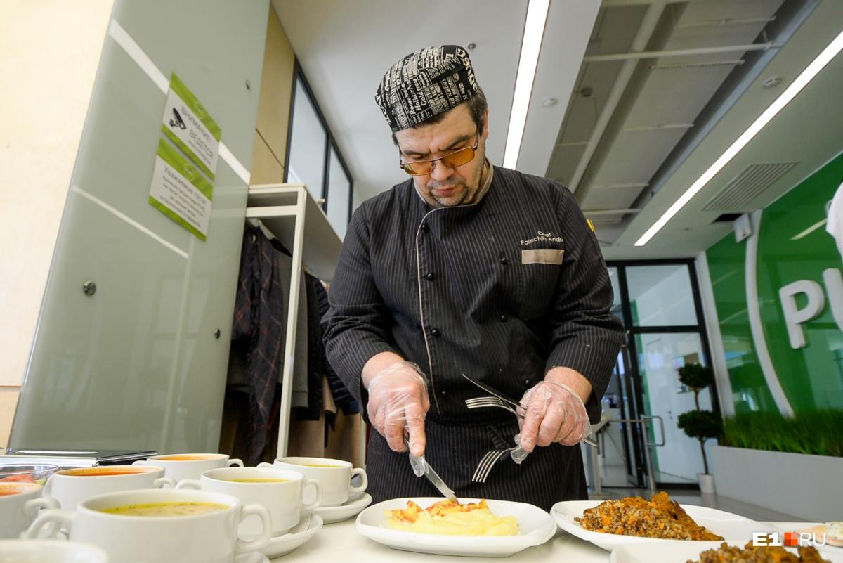 Повар Андрей работает в компании и точно знает, как кормить детей по санитарным правилам