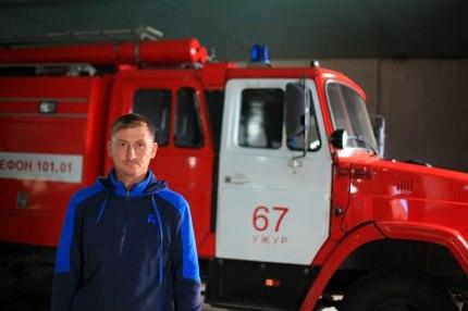 Храбрый сосед кинулся в горящий дом и спас из огня двоих детей