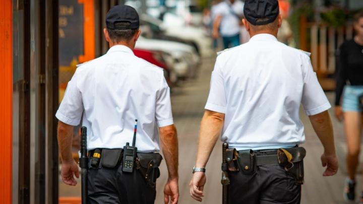Скрывал подростковые преступления за деньги: донского полицейского взяли под стражу