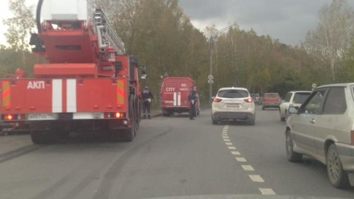 """На Объездной в аварию попала пожарная машина, спешившая на вызов в ТЦ """"Мега"""""""