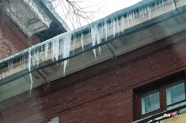 Ледяные «снаряды» часто висят над открытыми балконами и козырьками