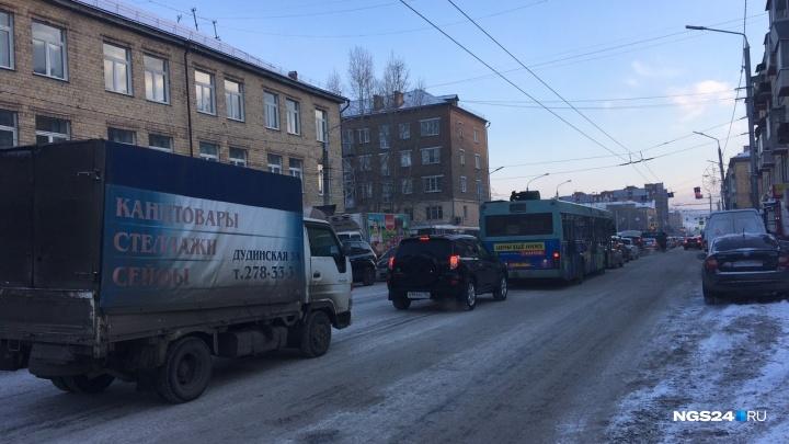 Улица Копылова погрязла в пробках из-за двух аварий
