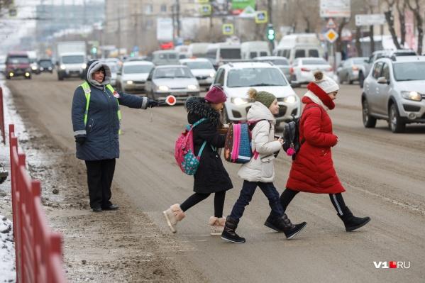 Испуганные волгоградцы стараются не пускать детей одних через дорогу