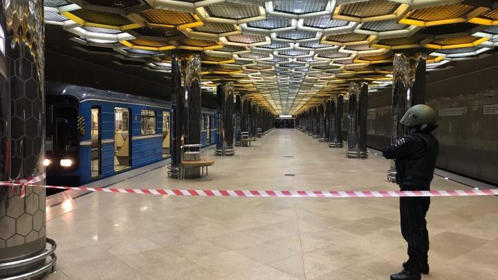 Люди в касках оцепили платформу: рассказываем, почему в метро Екатеринбурга остановились поезда