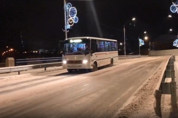 Автобус едет по маршруту №37 — можно на нем прокатиться!