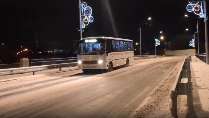 Кондуктор и водитель автобуса №37 работают в костюмах Деда Мороза и Снегурочки