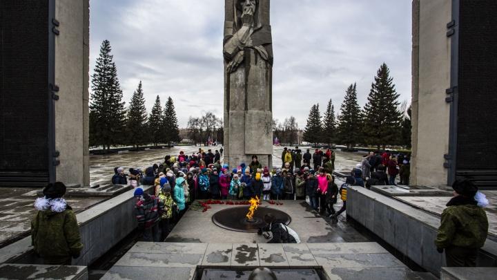 Рядом с монументом Славы поставили редчайшие фото о полувековой истории памятника