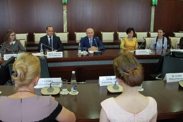 Рустэм Хамитов поблагодарил выпускников за хорошую учёбу