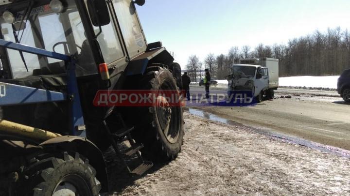 На трассе в Башкирии грузовик протаранил трактор
