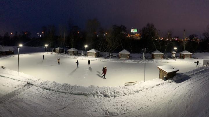 Каток под открытым небом среди деревьев и финских беседок откроется в выходные в центре города