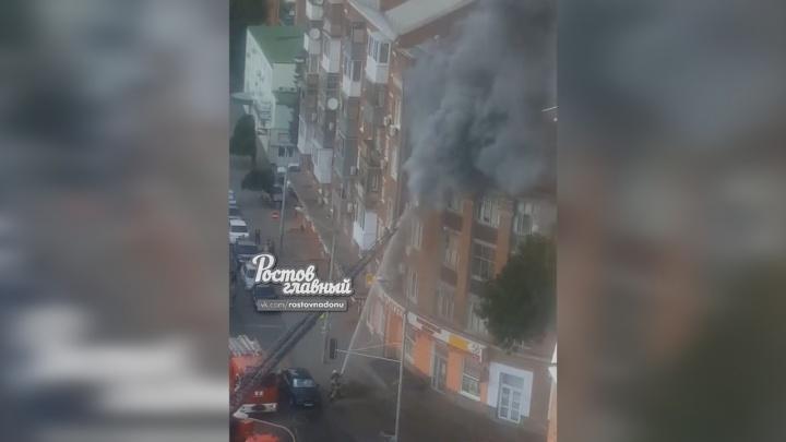 Пожарные разломали стену балкона, чтобы выбраться из горящей квартиры на Сельмаше