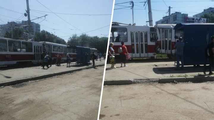 Сгрудил вагон в гармошку: около «Колизея» столкнулись два трамвая