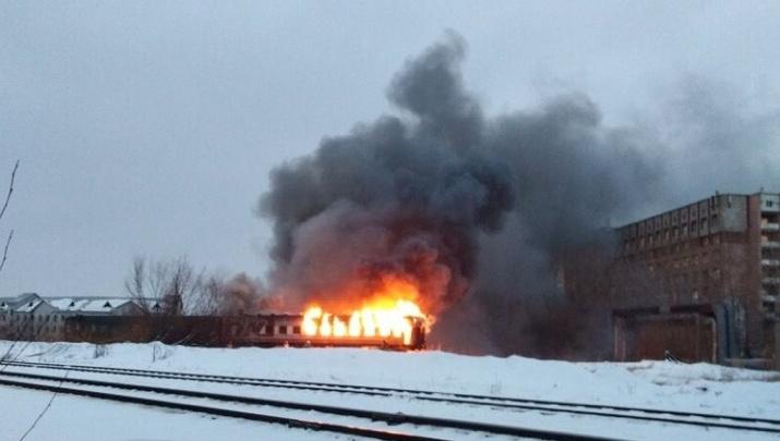 Пожар в тупике: на железнодорожных путях в Архангельске загорелся вагон