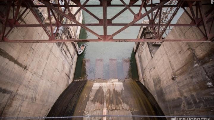 Сильные дожди заставили Новосибирскую ГЭС сбросить в Обь тонны воды
