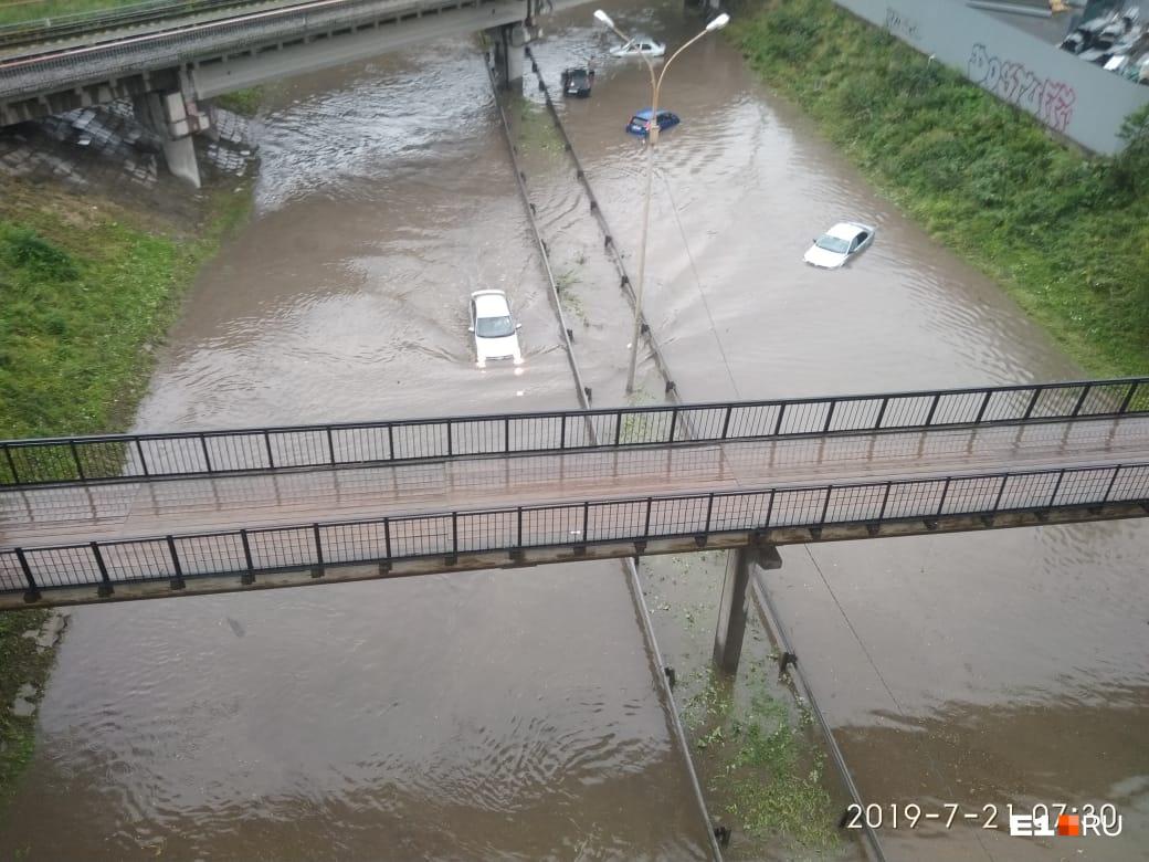 Четыре машины заглохли в луже под мостом на Блюхера