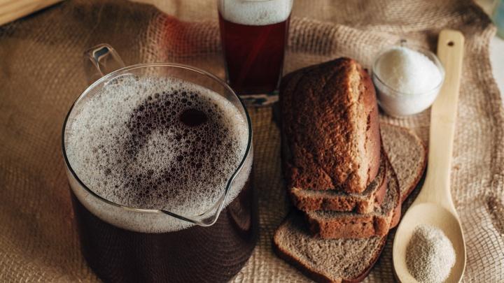С кофе, яблоками и на дрожжах: 6 рецептов кваса, с которыми легко справиться дома