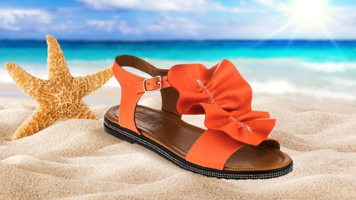 Есть шанс купить выгодно: магазины устроили распродажу летней обуви со скидками от 50%