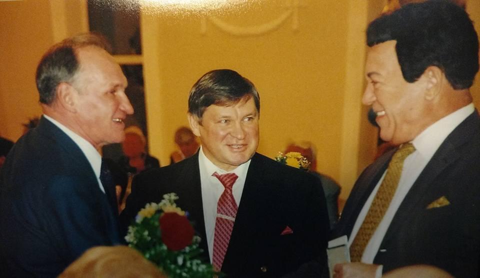 Кобзон на юбилее Щукина. Слева — тренер Щукина по самбо Анатолий Столбов