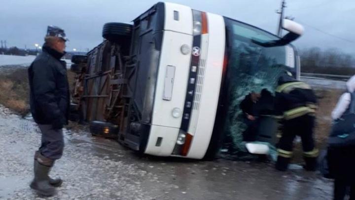 В Удмуртии перевернулся автобус с туристами из Свердловской области