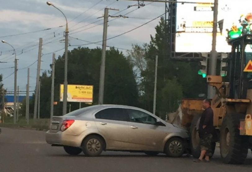 Трактор выезжал на перекрёсток под зелёный сигнал светофора