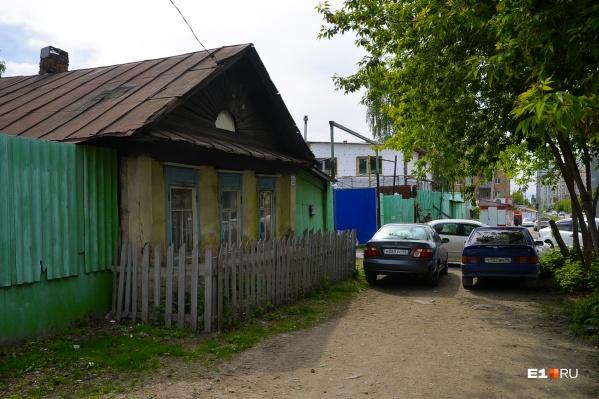 Частные дома, которые тянутся вдоль Татищева и трамвайной линии, похожи на деревенские