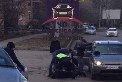 На Железнодорожников полиция остановила авто и жестко скрутила всех, кто был внутри