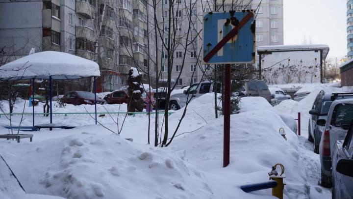 «Приходится нести ребёнка по 100 метров»: две семьи с детьми-инвалидами лишили парковки возле дома