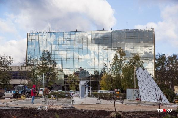 Вместо устаревшей советской символики — стеклянная абстракция