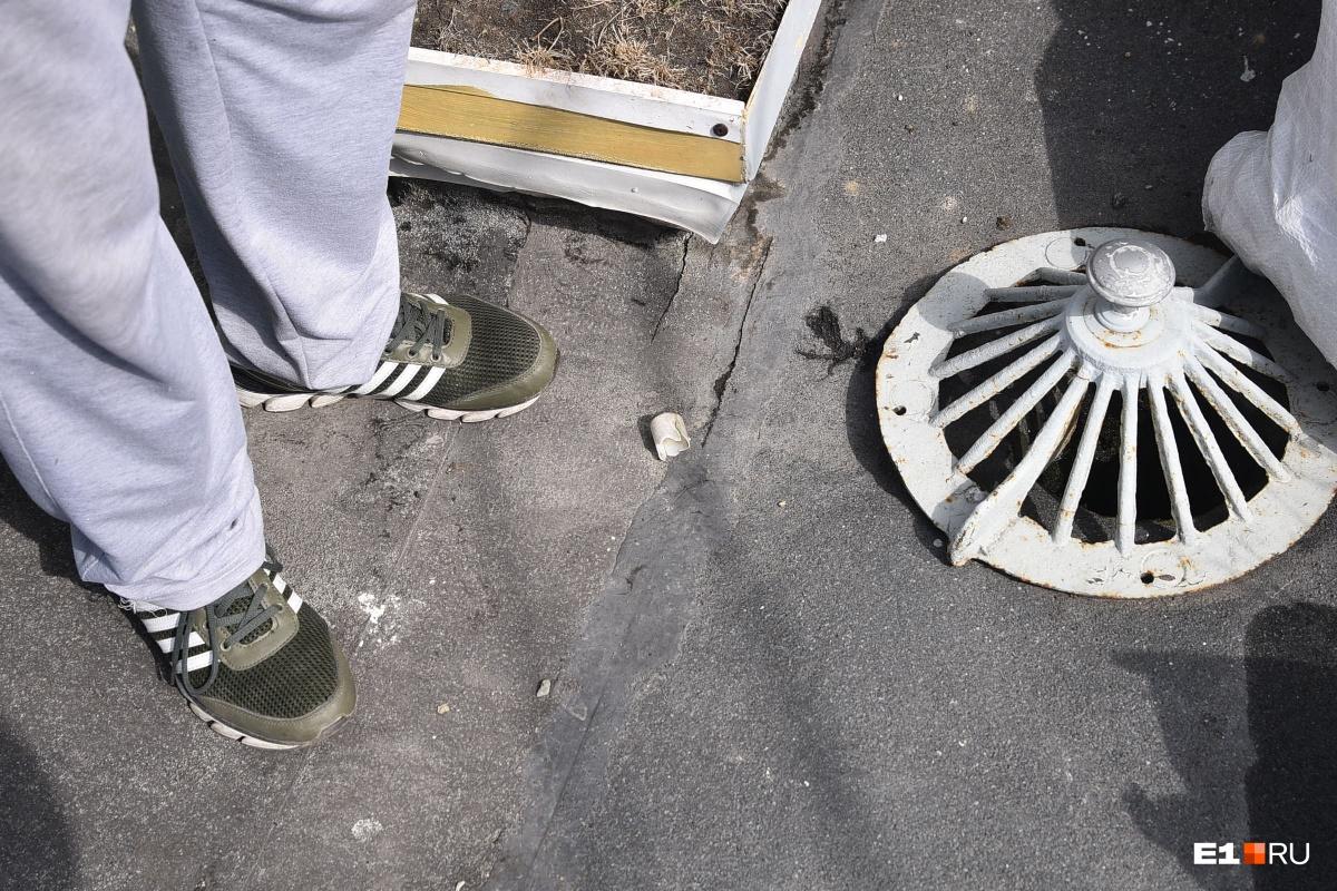 По словам Николая Ивановича, отверстие сделано с ошибкой, поэтому вода стекает в квартиру