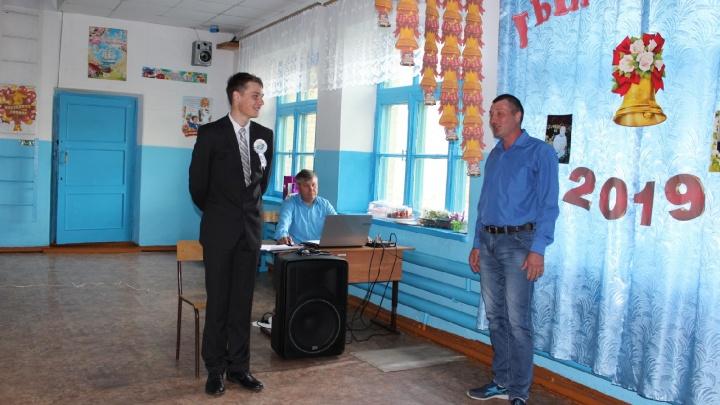Единственному 11-класснику школы под Барабинском устроили выпускной
