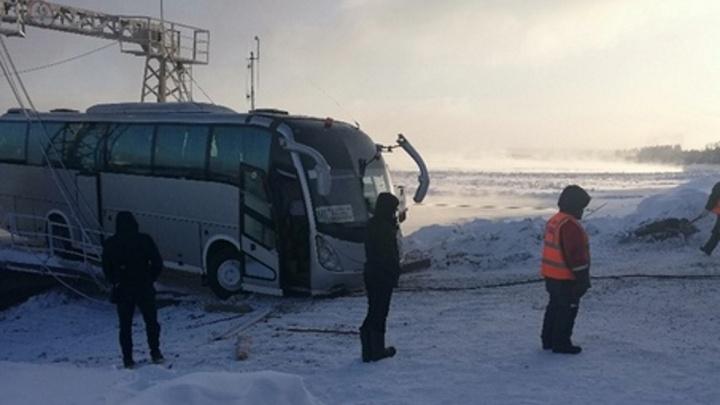 Автобус застрял при съезде с парома в Стрелке и при попытке буксировки помял несколько машин