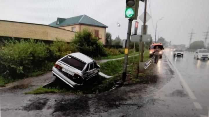 В Ярославской области водитель на ВАЗе влетел в светофор