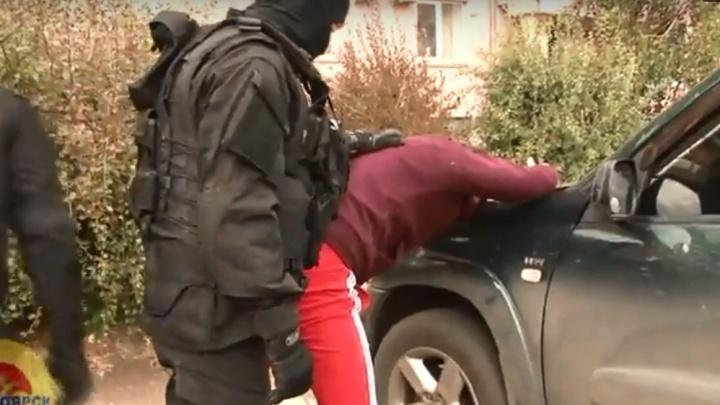 Полиция показала задержание на «Взлетке» банды по подделке паспортов и дипломов