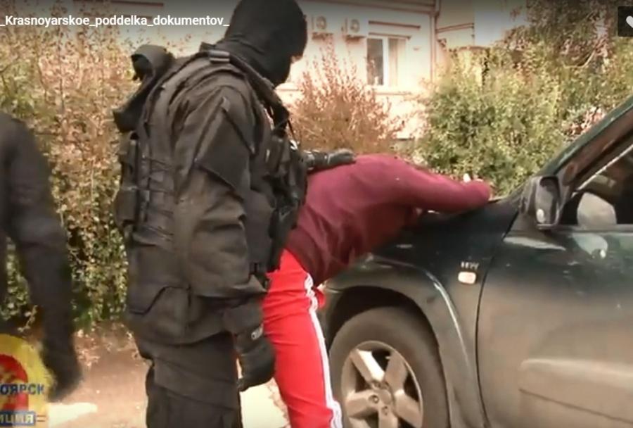 Полиция показала задержание на Взлетке банды по подделке  При передаче подделок они заявили что пришли просто купить кофе