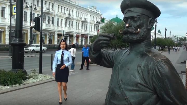 «Сквозь землю хочется провалиться»: появилось видео допроса омича, который повредил саблю Городового
