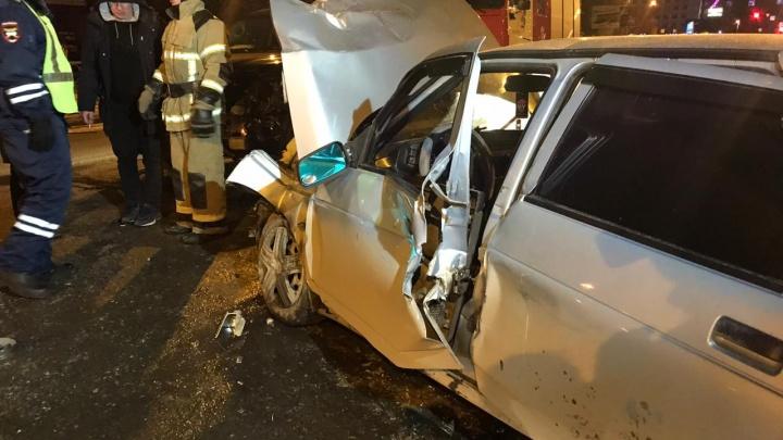 Виновника из авто пришлось вытаскивать спасателям: на Готвальда ВАЗ врезался вToyota Land Cruiser
