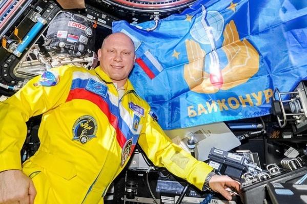 Олег болеет за любимую команду с земной орбиты