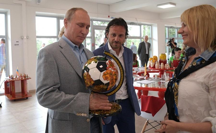 Путин получил отнижегородцев хохломской глобус-мяч