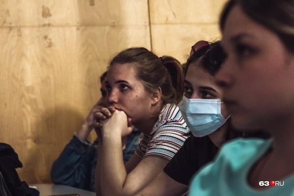 Тем, кто уже успел заразиться, нужно надевать маску в общественных местах