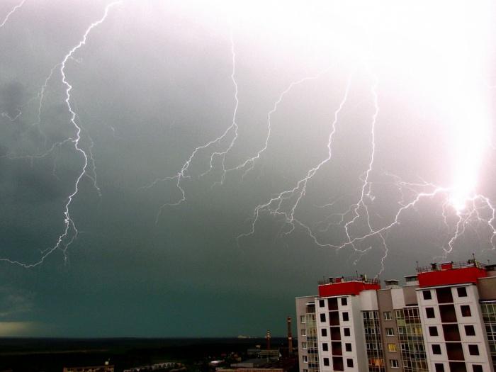 Вероятность проливных дождей с грозами сохранится на Среднем Урале до вторника
