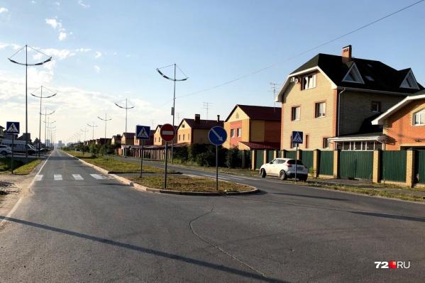 После строительства развязки на эту улицу будет выезжать весь транспорт, едущий в слободу и Комарово с Червишевского тракта