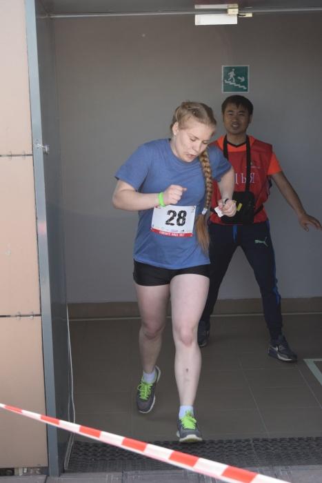 Участница забега преодолевает 20 этажей