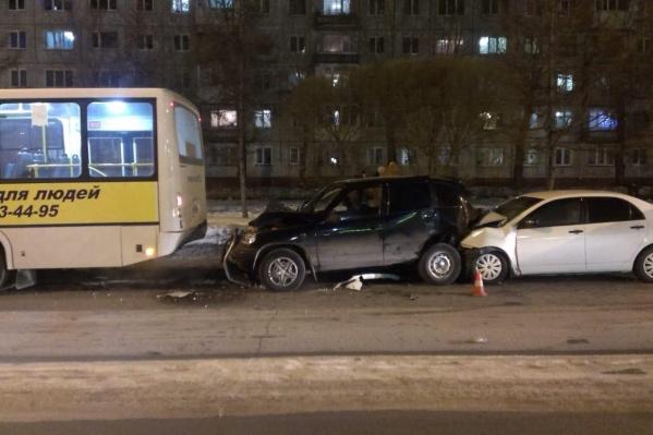 Один легковой автомобиль врезался в другой, а тот ударил автобус