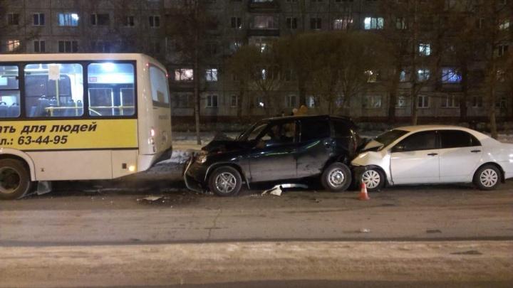 На Сибирском проспекте «Шевроле Нива» врезалась в пассажирский автобус
