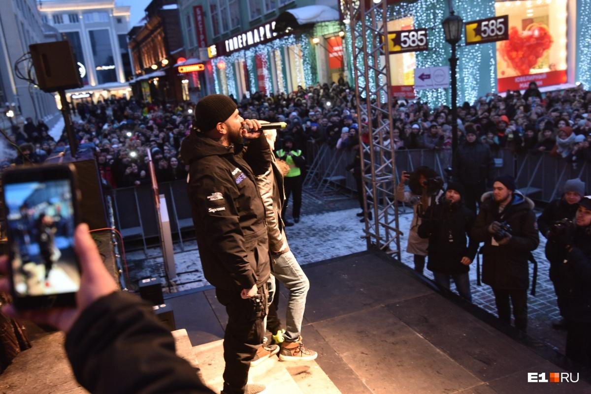 На сцену вышел Тимати, со стороны казалось, что у него был сольный концерт в центре Екатеринбурга