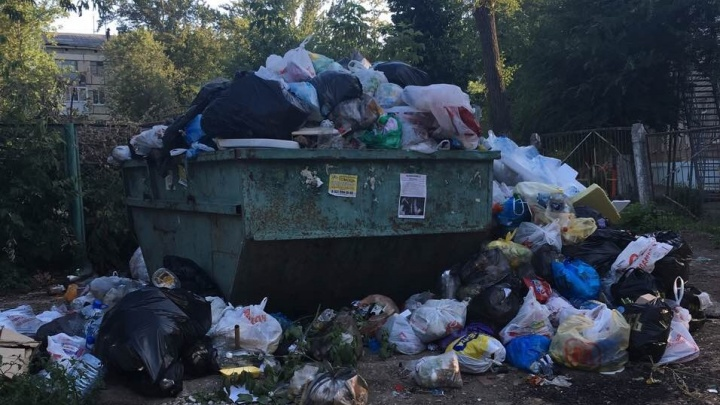 «Ароматное» соседство: жители Самары пожаловались на переполненную мусорку вблизи детского сада