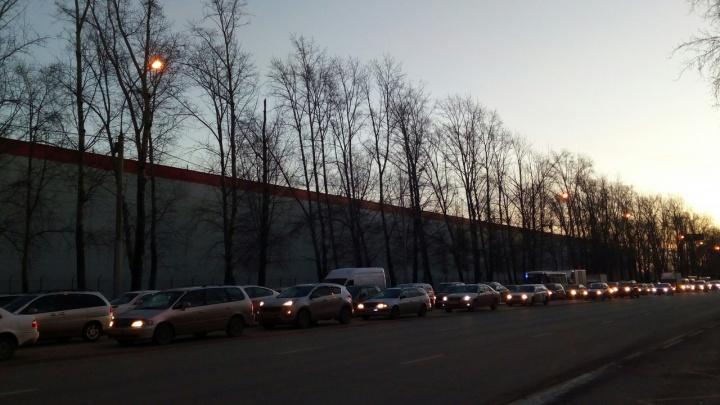 Жители Затулинки застряли на выезде из микрорайона: на кольце несколько аварий